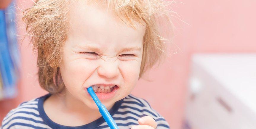 Vil dit barn ikke børste tænder? Sådan kan du gribe tandbørstningen an…