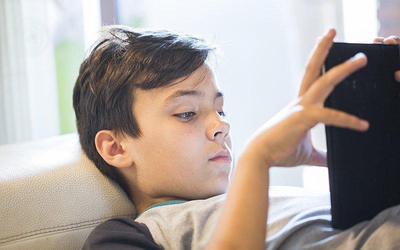 Skærmtid – Sådan afvænner du børnene – og deres far