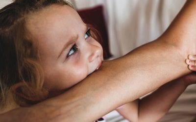 Sådan hjælper du dit barn der bider (river, slår og sparker)